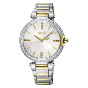 Perfektan model sata iz Seikove ženske kolekcije. Namenjen je za elegantnu i stilizovanu damu. Kućište od nerđajućeg čelika i prikaz vremena koji je označen elegantnim zlatnim kazaljkama, ujedno modernizuje izgled sata. Korona je ukrašena sa 49 swarovski
